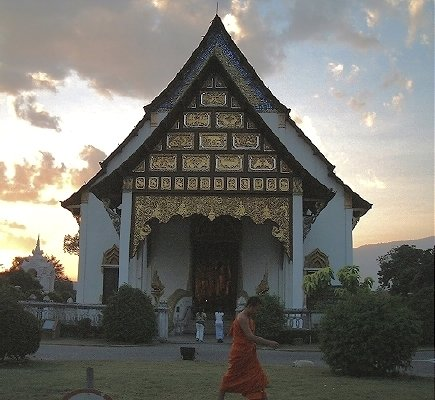 Wat Chedi Luang, at dusk